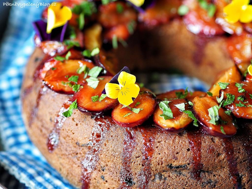 Bábovka s karamelizovanými švestkami