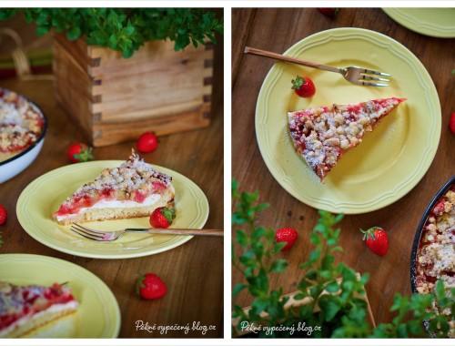 Kynutý koláč s rebarborou a jahodami